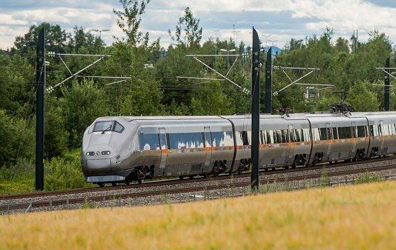 Som «toget i den grønne eng».  Erik Andreassen mener det nye dobbeltsporet ikke kan få ta så mye matjord. Illustrasjonsbilde.