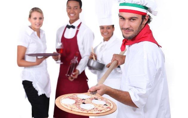 Restaurantansatte kan vente seg bedre hjelp fra LO, lover Vidar Schei som nå for minstelønnsbestemmelser å slå i bordet med.