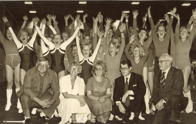 JUBEL: Jubelen sto i taket blant gammel og ung da den nye idrettshallen i Brandbu ble offisielt åpnet i august 1981. Den gang ble hallen kalt Gran Idrettshall.