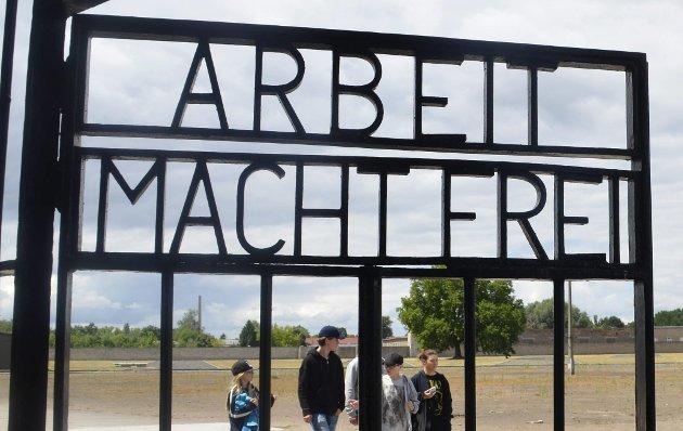 Retorikk: Et eksempel på nazistisk retorikk fra leiren Sachsenhausen. Bildet ble tatt under besøket 15-åringer fra Hof avla i leiren. foto: privat