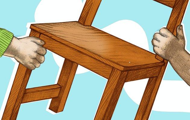 Tøffe tak: Hvem får en stol å sitte på, og hvem må ut av rekka. Desember er «deadline» for tøffe avgjørelser. Illustrasjon: Marianne Karlsen