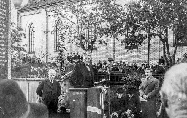 Minneparken i 1946: 28. september ble parken innviet. T.v. med hendene på ryggen står ordfører Thorbjørn Nilsen. På talerstolen, Harald Meidel, som ledet seremonien.