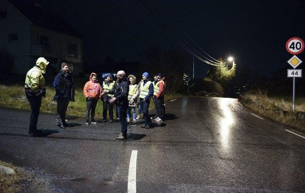 Syn-faring: Her får ordføraren sjå på tilhøva ved Bjørk-haugvegen på Kaldestad i førre veke. Foto: Jonn Karl Sætre.