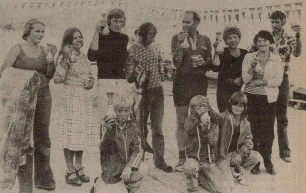 Fiskefestivalen på Sæbøvik blei starta opp av Sæbøvik båtlag i 1976. Dette bildet er frå to år etter, og viser vinnarane av fiskekonkurransen under festivalen i 1978. Bildet er henta frå avisarkivet til Kvinnheringen.