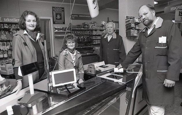 1984: Refsnes dagligvare på Dilling i Rygge. Svein Refsnes til høyre.