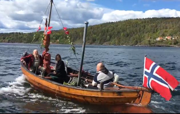 Innsendt av Jeløy Kystlag. Snekkene deres deltok også i båt-toget gjennom kanalen.