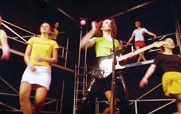 """Bragerevyen 1997 het """"Høy Puls"""". - Vi skal harselere litt med 80-tallet, POT og julenissen, sa forkvinne for Brage-97, Cathrine Giæver (17) til Nordlys i forkant av premieren."""