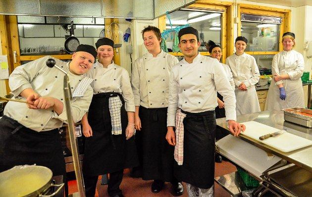 Det var hektisk på kjøkkenet, men likevel tid for å ta gruppebilde. Fra venstre: Perry Greger, Synnøve Moss, Vebjørn Sørfjell, Faizal Raiskheil, Ghada Khra, Oda Toven og Lea Rosten.