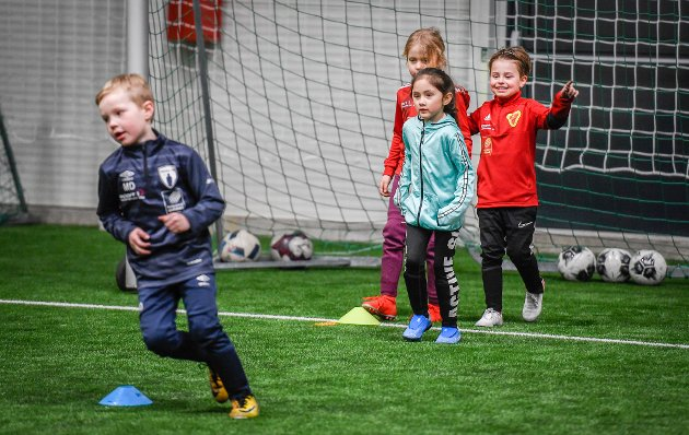 I vinterferien arrangerer Åga IL Fotballskole for de minste i fotballhallen.