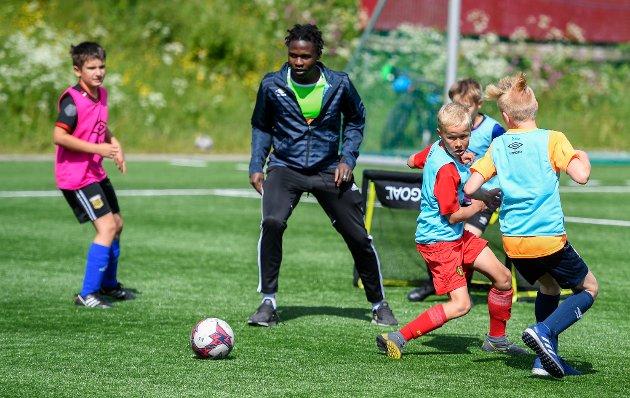 Rana FK arrangerer fotballskole for 9-12 åringer på Sagbakken.