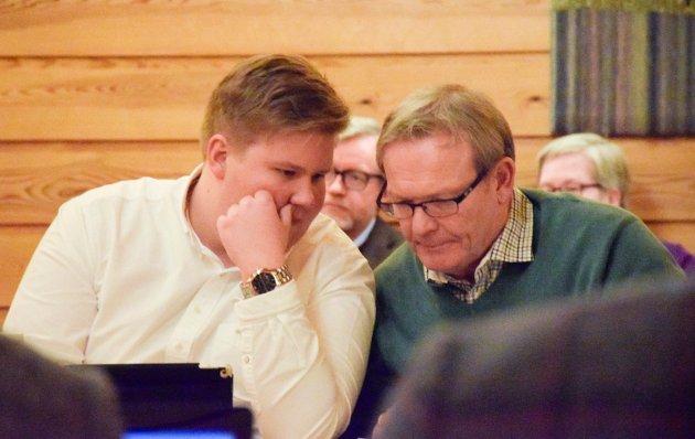 En allianse med Hole Høyre er uaktuelt, fastslår Aps Jørn-Inge Andreassen Frøshaug (t.v.). Her er han i samtale med Aps ordførerkandidat Tom Olsen i Hole kommunestyre.