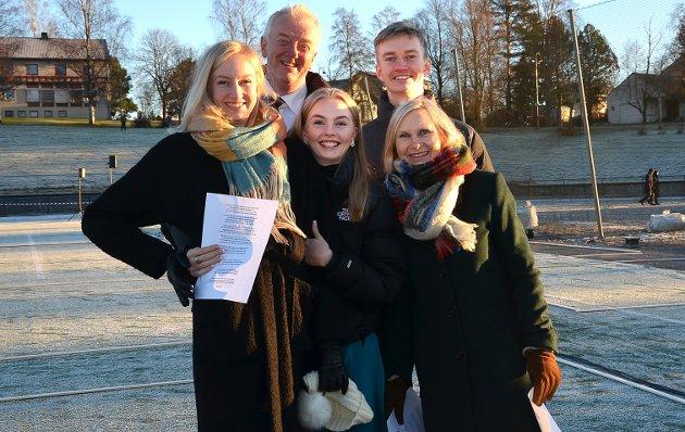 VELDIG GØY: – Vi gleder oss stort til dette. Det blir veldig gøy, understreker den blide familien bestående av Eline, Emma, Erlend, Torun og Øivind Olafsrud.