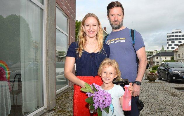 SKAL SE PÅ STORESØSTER: – Jeg gleder meg til å se på storesøster danse. Derfor har jeg med blomster, forteller Iben Andersen stående mellom Elisabeth Anderssen og Terje Modig Arnesen.