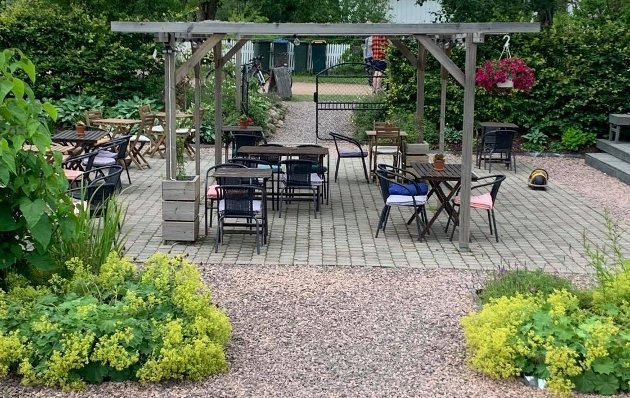VAKKERT: Sommeridyllen er komplett i hagen hos Villa Veierland.