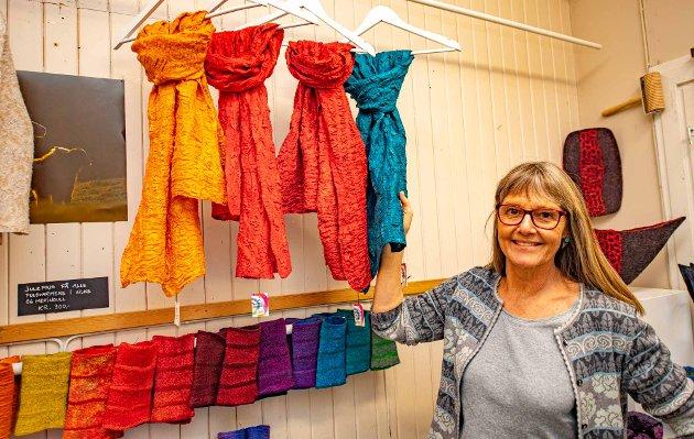 EKSKLUSIVT: Irene Thorsrud Eik er den eneste i Norge som lager eksklusive skjerf av stoff hun tover/filter av kasjmirull og silke.