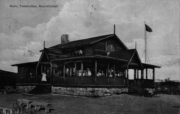 Turisthytta. Ennå finnes det folk som husker den gamle trehytta på Rønvikfjellet. Den var eid av Bodø og Omegns Turistforening (BOT) som ble stiftet i januar 1890. De bygde en liten «Udsigtshytte» som ble innviet 15. juni 1890. BOT eide hytta til 1962, og bygde bilvei til Turisthytta i 1928. Postkort