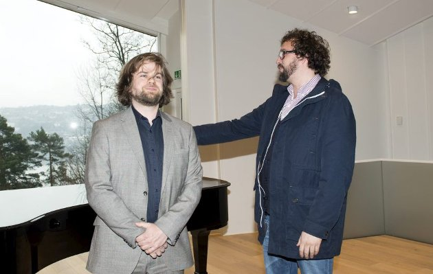 Her presenterer Erlend Høyersten Sigurd Sandmo som ny avdelingsdirektør for Edvard Grieg Museum Troldhaugen i 2013. Senere samme år sluttet Høyersten i Kode. Nå er Sandmos tid i Kode forbi.