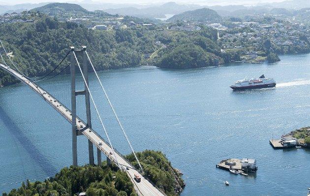Alle skip må under broene på vei inn og ut av Bergen.