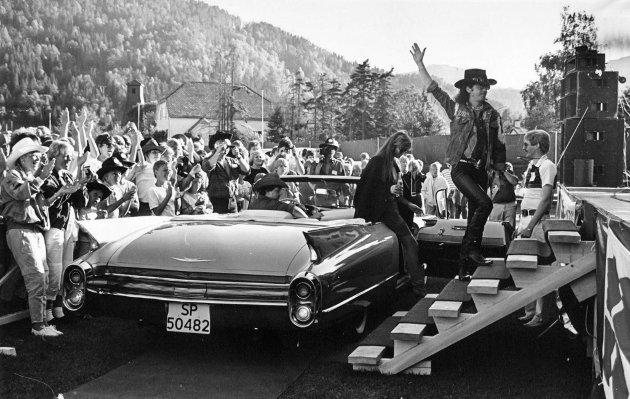 C&W-festival i Førde. 1984. 18.juli skreiv Firda at «Det er nok mang ei kyr som lyt lette hovudet opp frå dei grøne grasgangar og rette eit velkomstmø til alle spreke kyragutar og jenter som no er i ferd med å invadere Førde».