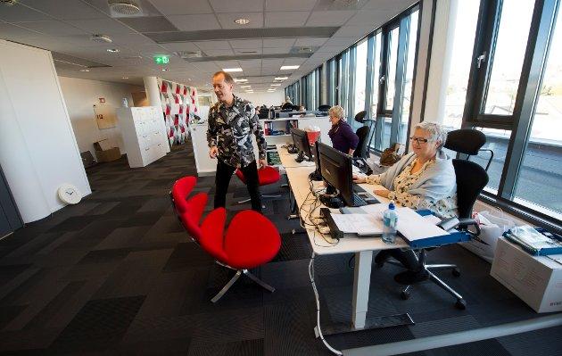 Fredriksstad Blad har flyttet fra 1. og 2. etasje i Gjensidigebygget, til 5. etasje. Her er det nye kundemottaket, der Marit og Hilde sitter.