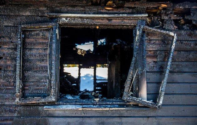 En hytte ble totalskadd i brann på Sjusjøen natt til søndag.