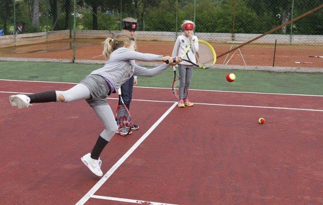 Tenniskurs på Kippermoen i regi av Mosjøen tennisklubb. Instruktør Lincoln Leeder.