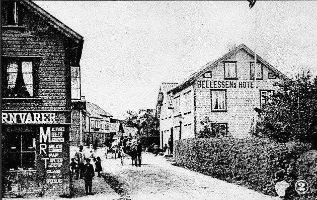 ULIKE BRANSJAR: Far og son Bellesen med forretningsdrift på kvar si side av Storgata. I 1905 gjekk Bellesens Hotel gikk mot slutten.