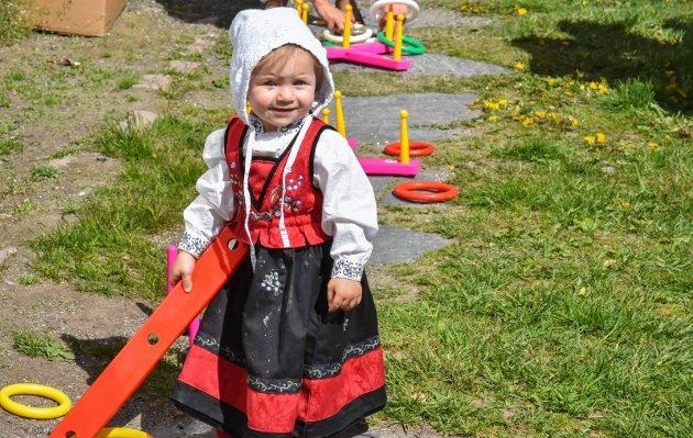 GULLAUG: Vendelin Didriksen (13 måneder) var i storslag på Gullaug skole, og syntes spesielt det var artig å rydde på plass delene til ringspillet.