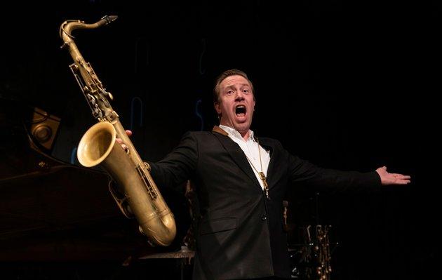 Håkon Kornstad synger litt, men  spiller aller mest saksofon. Begge deler gjør han like bra.