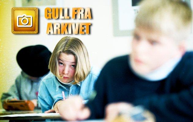 1995: Historien til dette bildet fra Sommerlyst i 1995 er mager. Særdeles skrinn. Men bildeserien avdekker et klasserom, elever og en lærer. Kanskje du kjenner igjen folket?