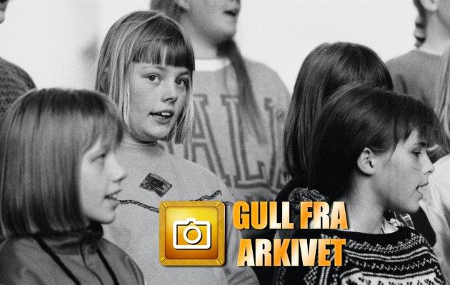 TROMSØ: Det er fire jentunger i Tromsdalen kirke. En i rød genser slår hjul på hjul nedover midtgangen. En annen hopper tau foran alterringen mens en tredje leser geografi. Den fjerde har lurt seg opp på galleriet. Sitter ved orgelet og hamrer løs. Det er ikke ørens lyd noe sted. Klokken er 14.30. Om en halv time starter øvelsen til Tromsdalen kirkes barnekor. Vi er invitert for å piske opp stemningen foran konserten til jentene på torsdag klokken 18.00. Skriver Knut Smistad.