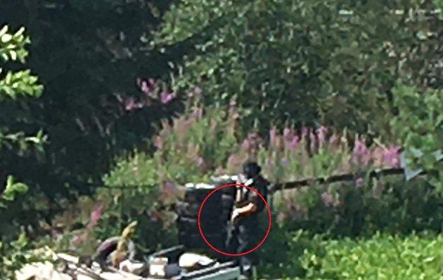 Bevæpnet politi på en en annen eiendom i nærheten av der en mann hadde forskanset seg.