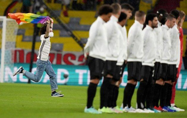 STORMET BANEN: Tysk tilskuer under før kampen mellom Tyskland og Ungarn.