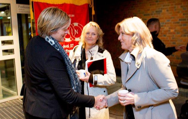 Steinkjer-ordfører Anne Berit Lein ønsker Nortura-sjef Anne Marit Panengstuen og styreleder Trine Hasvang Vaag velkommen til rådhuset.