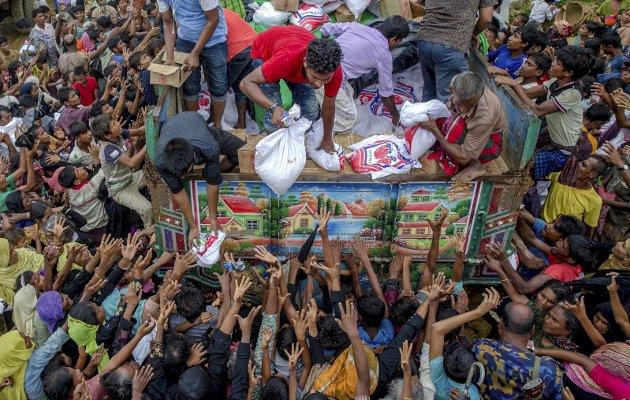 Dette bildet viser rohingya-muslimer på flukt etter militærstyrker gikk til angrep på folkegruppen i august. FN anslår at rundt 700.000 rohingyaer har flyktet fra Myanmar til Bangladesh. FOTO: AP Photo/Dar Yasin