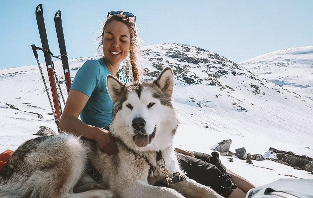– Min utfordring til deg som er nysgjerrig på livet ute – prøv en natt utendørs i vinterferien,                             skriver Silje Høysæter. Her er hun på skitur sammen med hunden Nanuk, en Alaskan malamute. FOTO: Alea Møbius