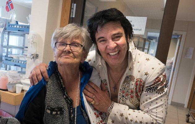 Kjell-Elvis og Johanne.  – Han lignet litt på Elvis, sier Johanne Brostrøm (90)