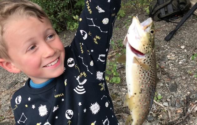 """FISKEGLEDE: Fiskerglede inspirerer til å spise fisk. """"Jeg har spist opp fisken min, Bestemor"""", sto det i SMSen den stolte fiskeren Emil sendte sin bestemor etter fisketuren."""