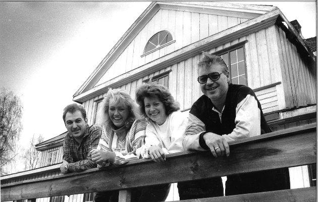 ÅPNET 1. mai 1991 gjenåpnet dørene på Brandbu hotell. Bildet er fra april og vi ser Jon Simensen, May Britt Tveit, Tone Tveter og Otto Johansen.