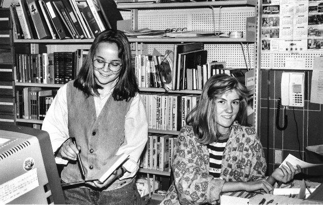 Skoleelever i arbeidslivet på Brandbu bibliotek - Anne Lise Knarud og Marin Andersen.