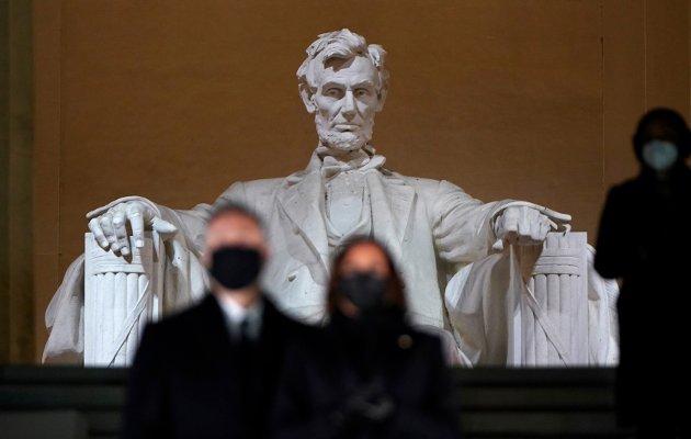 Det er lov å håpe, men jeg har ikke tro på at USA blir preget av harmoni i umiddelbar framtid, skriver Alf Tore Aronsen. Bildet viser nyinnsatt visepresident Kamala Harris med sin mann Dough Emhoff foran Lincoln-monumentet i Washington D.C.