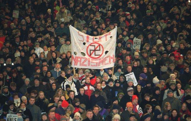 STØTTE: Mer enn 40.000 mennesker deltok i fakkeltog i Oslo til minne om Benjamin Hermansen etter det rasistisk motiverte drapet i 2001.