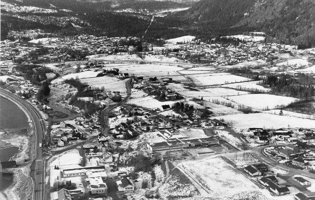 Ytteren. Ytteren skole sees litt under midten av bildet som er tatt i oktober 1992.