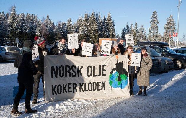 Streikeoppfordring: Natur og ungdom, som her demonstrerer mot norsk oljepolitikk tidligere i år, oppfordrer til skolestreik for klima, og får støtte av innsenderen.