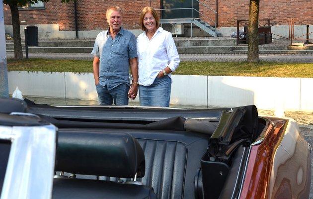 DOBBELT OPP: – Det er litt moro å titte på de gamle bilene som er samlet her i Byrommet sammen med bildene som henger oppe samtidig, forteller Bjørn Stene Johansen og Tone Antonsen mens de nyter synet av en cabriolet bakfra.