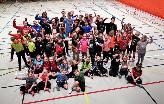 Grunn til å juble. Over 50 utøvere meldte seg på Vestby HKs  håndballskole i Vestbyhallen. Det fikk frem et bredt smil hos arrangøren.
