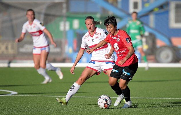 Surt: Meryll Abrahamsen (i rødt) og Arna-Bjørnar mistet seieren fem minutter på overtid mot Lisa Naalsund og Sandviken sist.