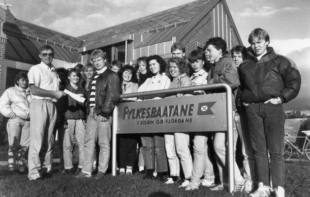 Skuleelevar frå ytre Bremanger er klare til å kjempe for  kystvegekspressen. Oktober 1989.