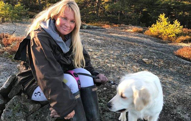 –  Ivareta Hvaler som en turistattraksjon og føre en god miljøpolitikk, er blant de politiske Høyres ordførerkandidat Marita Wennevold Hollens nevner. Her er hun fotografert på søndagstur med hunden Fanny. Innsendt bilde