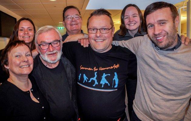 HYLLEST: Tore Løkke (bak i midten), Bjørg Solstad og Svein Jørstad (framme til venstre) hylles av Trond Ivar Lunga (framme nummer to fra høyre) i denne kommentaren.